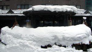 リゾートマンション正面玄関の屋根融雪