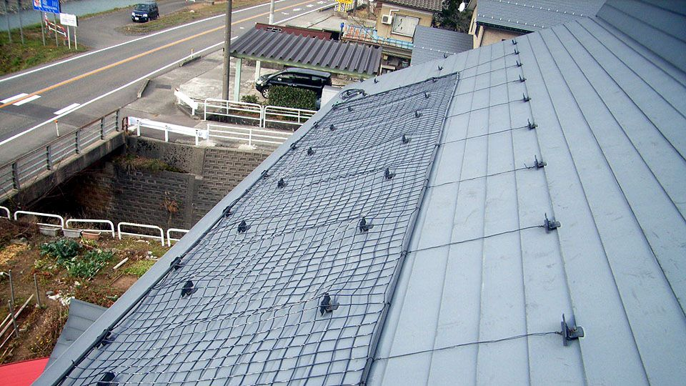 融雪ネットを一般住宅屋根に施工