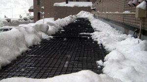融雪ネットをリゾートマンション屋根に施工