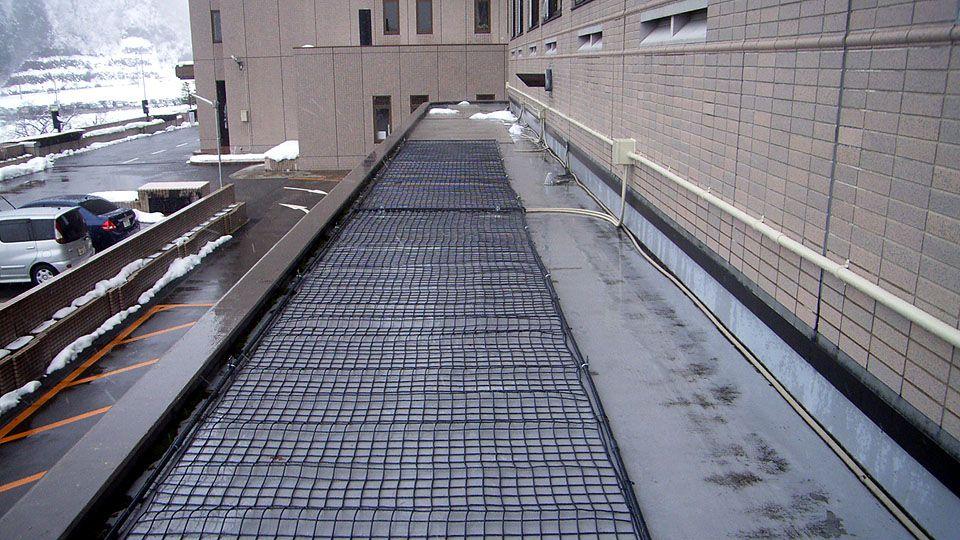 リゾートマンション陸屋根に融雪ネットを敷設