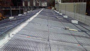 融雪ネットを水力発電所屋根に施工