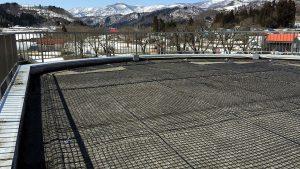 融雪ネットをダム管理事務所屋上に施工