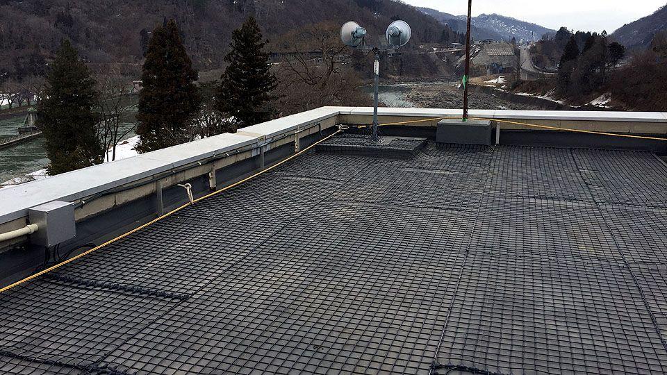 ダム管理事務所屋上に融雪ネットを施工