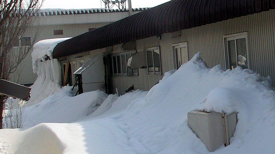 雪に埋もれてしまったエアコン室外機