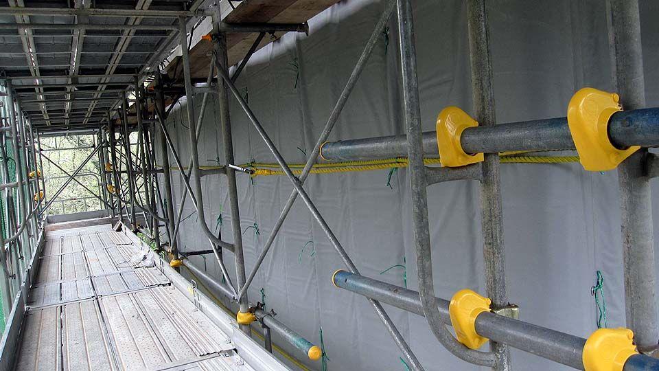 高規格幹線道路の橋梁工事に、「電熱式コンクリート養生シート」を使用しています。
