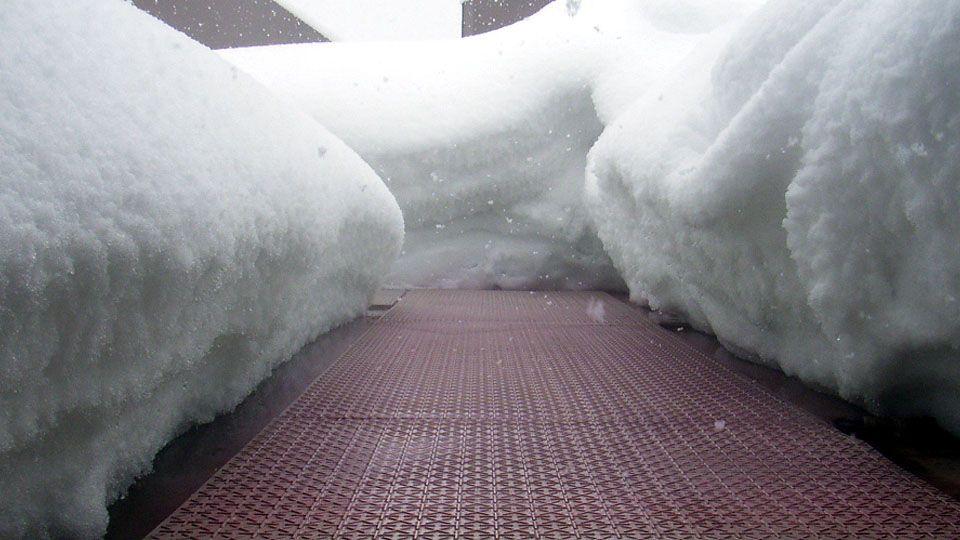 形状自由・オーダーメイドタイプ 「融雪マット」 冬の凍結した路面は、危険です。凍結して滑りやすい場所(玄関先、通路、階段など)に置くことで、安全に通行できます。