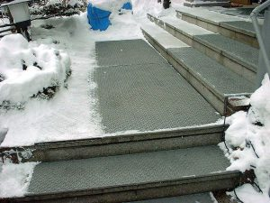 一般住宅の階段に、「融雪マット」