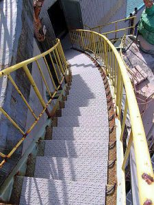 らせん階段に、「融雪マット」
