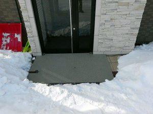 一般住宅、事務所などの玄関先に、「融雪マット」