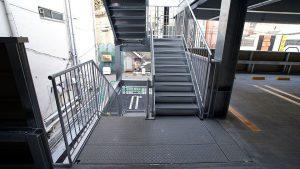 雪国の立体駐車場の屋外階段、踊り場に、「融雪マット」は使用されています。