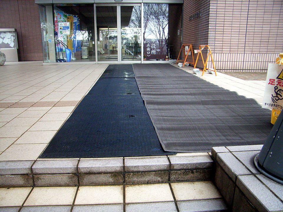 糸魚川市役所 本庁玄関口に、「融雪マット」は使用されています。