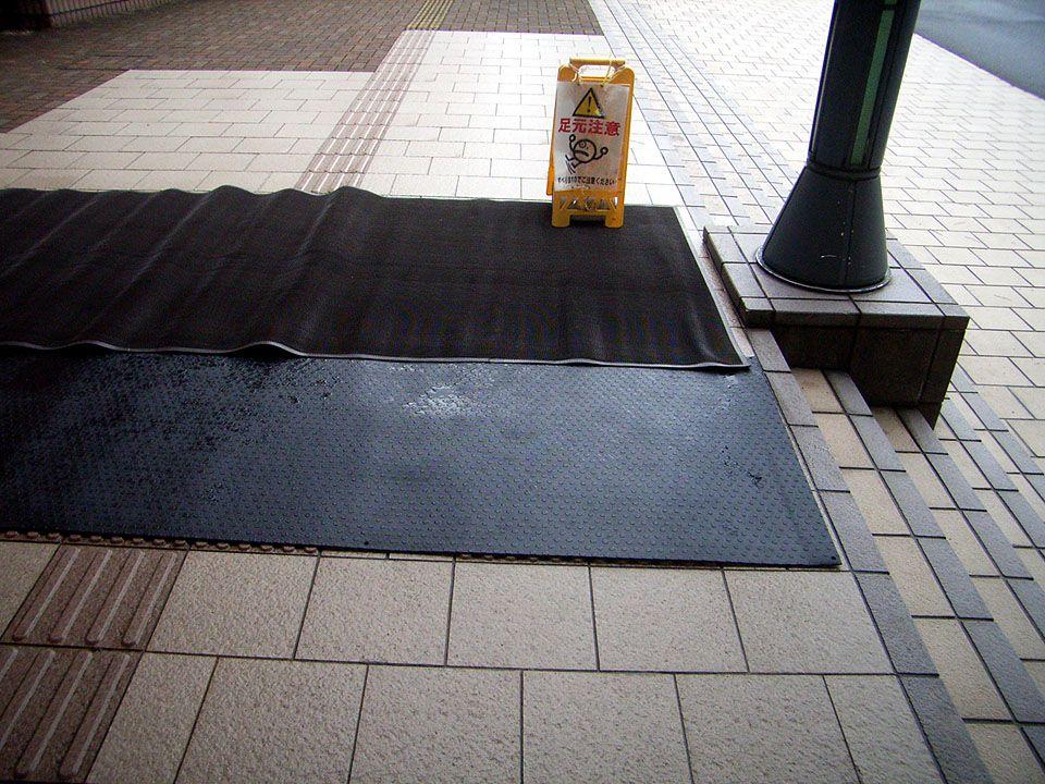 糸魚川市役所 本庁玄関口の「融雪マット」