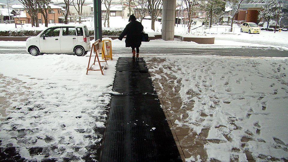 降雪時の糸魚川市役所玄関前の様子