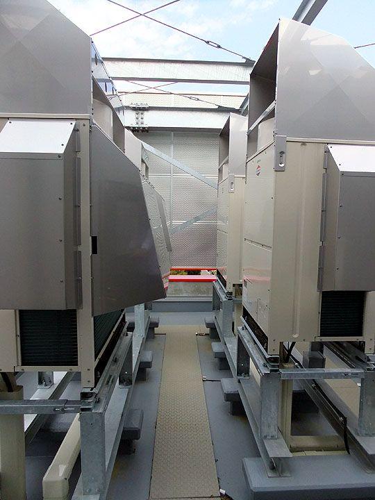 雪国の屋上大型エアコン室外機設置箇所に、「融雪マット」は使用されています。