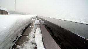 落雪防止のため、屋上の笠木に沿って、融雪マットを敷設2