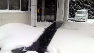 サンライズ工業お客様用玄関前の融雪マット