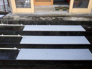 一般住宅玄関前の融雪マット