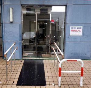 病院夜間出入口前の融雪マット
