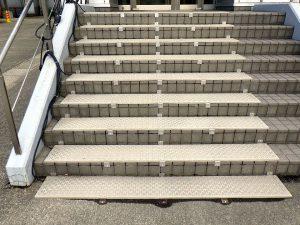 会社出入口前の階段の融雪マット