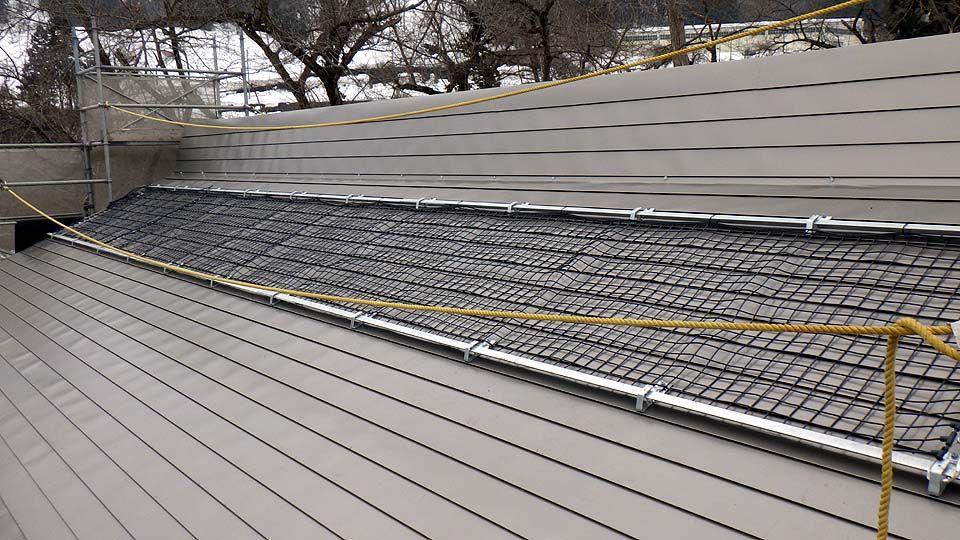 融雪ネットを西大滝ダムの新築土木倉庫屋根に施工