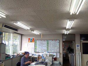 事務所、応接室、休憩室にLED照明を導入しました。