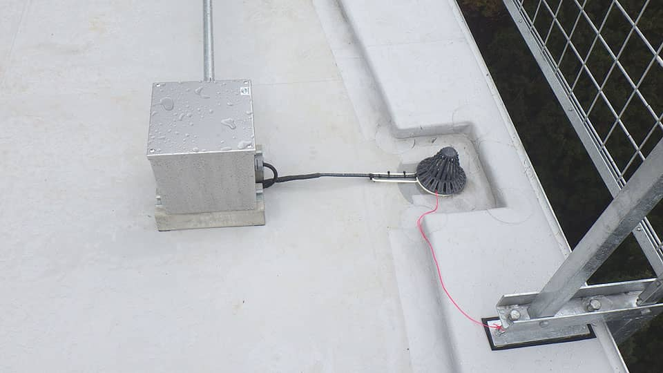 雨樋・排水路ヒーター施工例1