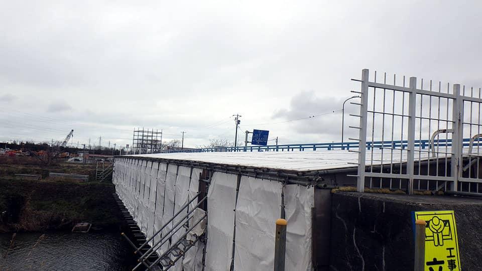 橋梁工事現場の仮設屋根にラップヒートを敷設1