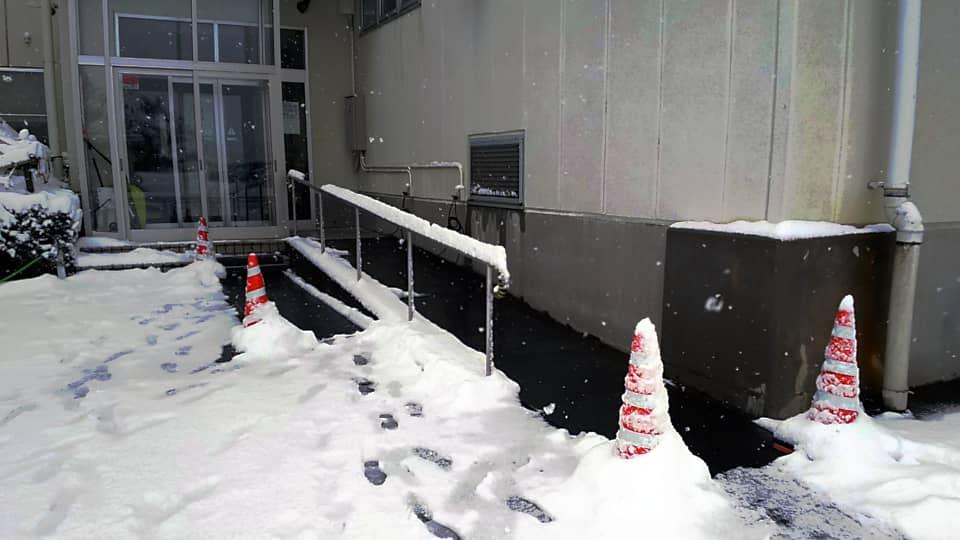 社員用玄関前に融雪マットを施工しました。