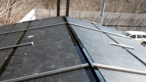 屋根の上に融雪マットを敷設1