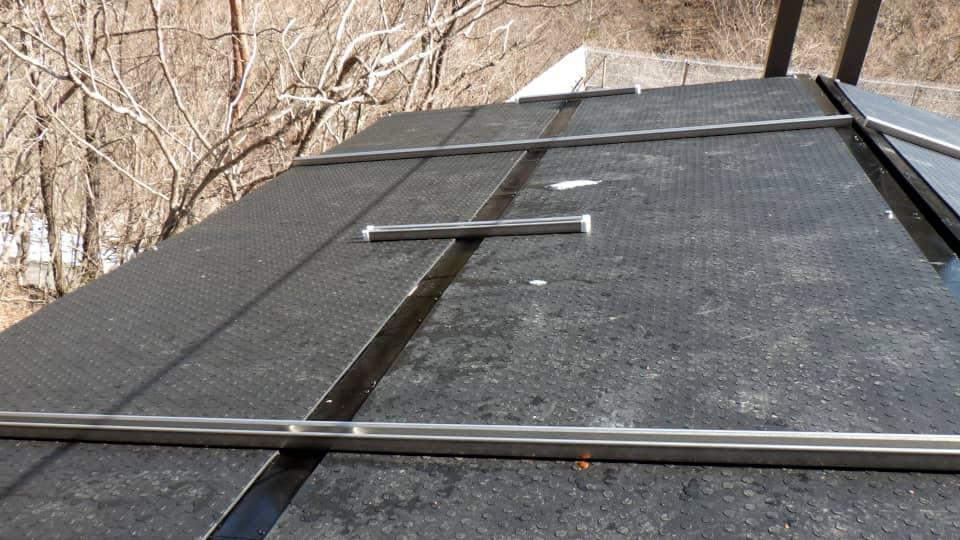 屋根の上に融雪マットを敷設2