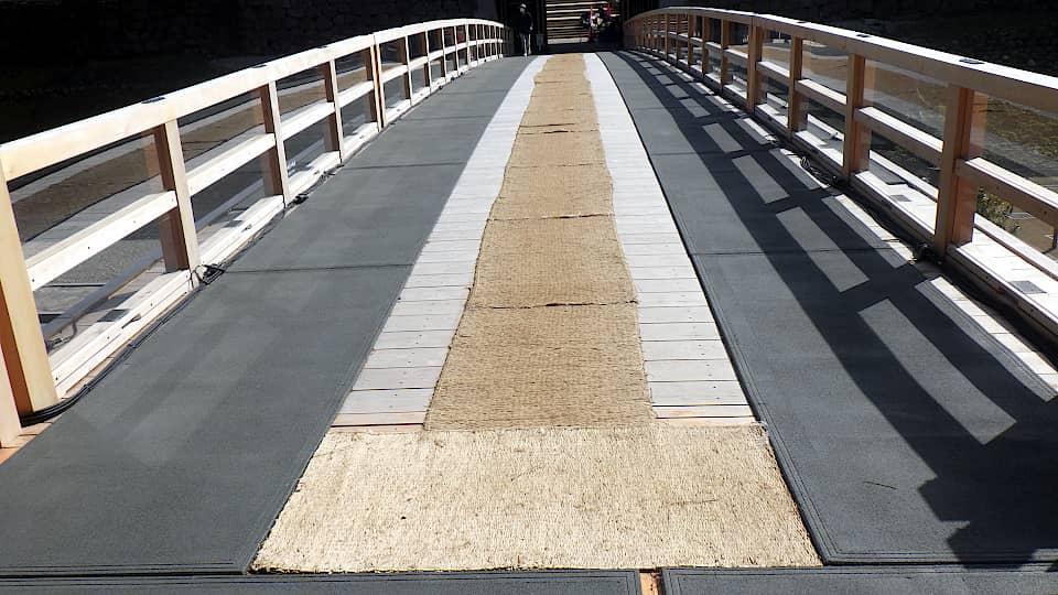 橋の両脇に融雪マットを敷設