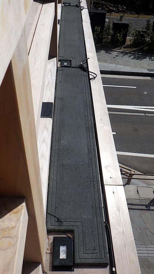 欄干の外側に融雪マットを敷設